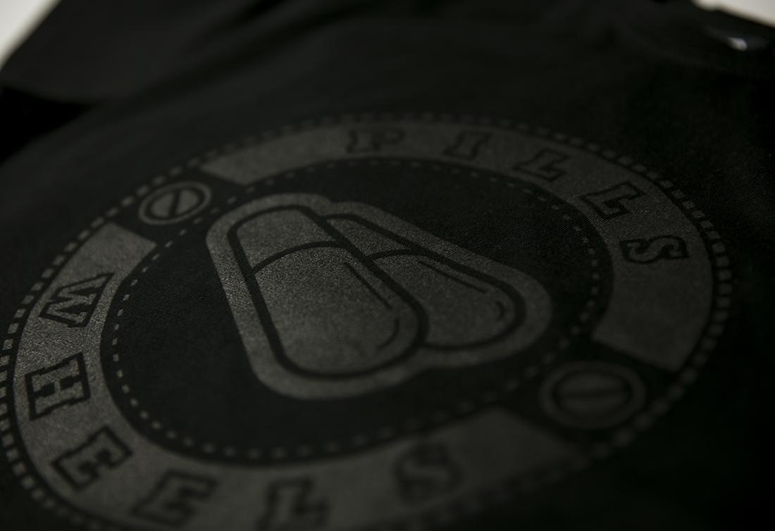 принт на черной футболке PILLS LOGO BLACK