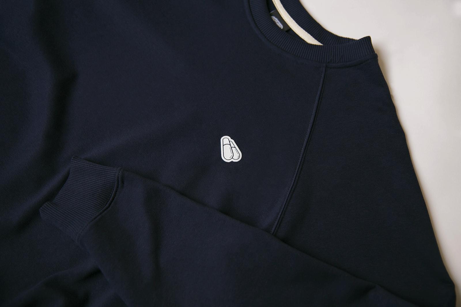Детали логотипа на свитшоте 3D синего цвета PILLS WHEELS