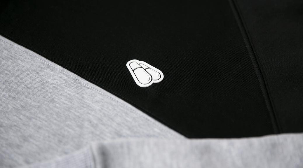 Детали логотипа на свитшоте DUAL черно-серого цвета PILLS WHEELS