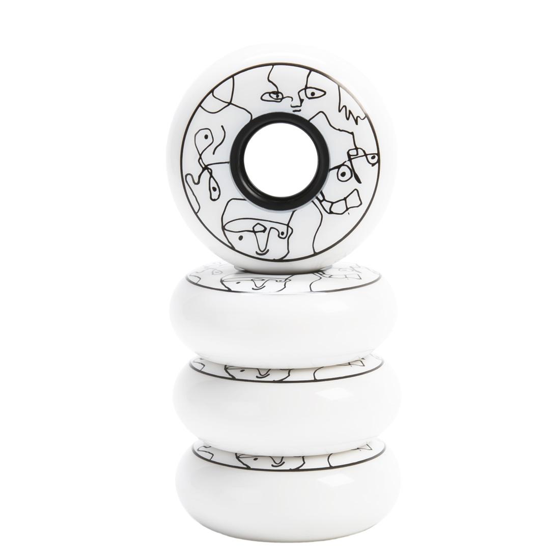 белые колеса для роликов Trippy White 64 мм на белом фоне